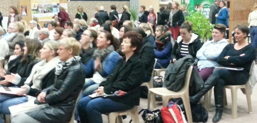 """Apprentis & stagiaires très concentrés pendant la conférence """"bien vivre à domicile"""""""